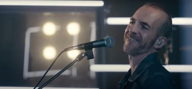 Calogero offre un clip live pour dévoiler La Rumeur son nouveau single